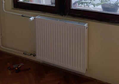 Modern acéllemez radiátorok kerültek beépítésre termosztatikus radiátorszelepekkel ellátva.