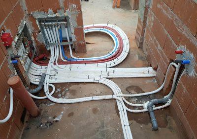 Újépítésű családiház víz alapszerelése. Falba épített osztógyüjtőkkel elágazva. Vízszigetelés megsértése nélkül szerelve